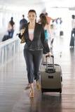 Latinskt kvinnaspring på flygplatsen arkivfoton