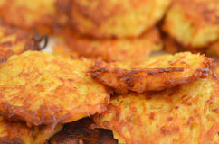 Latkes da batata - alimento judaico do feriado do Hanukkah Foto de Stock