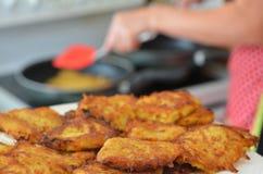 Latkes da batata - alimento judaico do feriado do Hanukkah Fotos de Stock Royalty Free