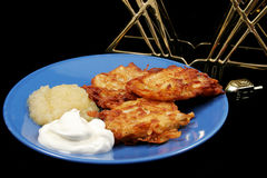 Latkes et Menorah sur le noir Photo stock