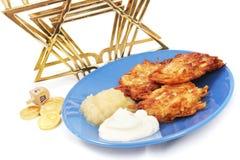 Latkes Menorah Dreidel und Gelt für Hanukkah Lizenzfreies Stockbild