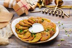 Latkes tradicionales del plato de Jánuca imagenes de archivo