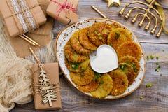 Latkes traditionnels de plat de Hanoucca images stock