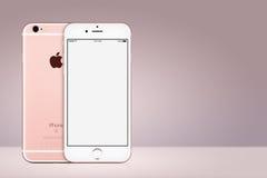 Lato anteriore e posteriore del modello di iPhone 7 di Rose Gold Apple su fondo rosa con lo spazio della copia Immagine Stock