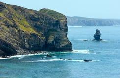 Lato Atlantyckiego oceanu skalista linia brzegowa & x28; Algarve, Portugal& x29; Zdjęcia Stock