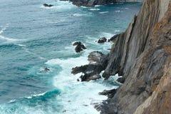Lato Atlantyckiego oceanu skalista linia brzegowa & x28; Algarve, Portugal& x29; Zdjęcia Royalty Free