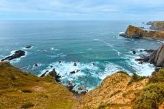 Lato Atlantyckiego oceanu skalista linia brzegowa & x28; Algarve, Portugal& x29; Obraz Stock