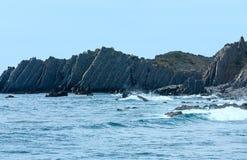 Lato Atlantyckiego oceanu skalista linia brzegowa & x28; Algarve, Portugal& x29; Obrazy Royalty Free