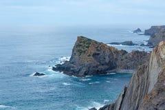 Lato Atlantyckiego oceanu skalista linia brzegowa & x28; Algarve, Portugal& x29; Fotografia Stock