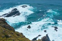 Lato Atlantyckiego oceanu skalisty wybrzeże & x28; Algarve, Portugal& x29; Zdjęcia Stock