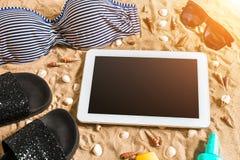 Lato bikini i akcesoria plaży elegancki set Plażowy bikini lata strój i morze piasek jako tło, Odgórny widok Zdjęcie Royalty Free