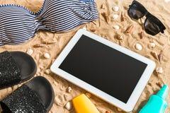 Lato bikini i akcesoria plaży elegancki set Plażowy bikini lata strój i morze piasek jako tło, Odgórny widok Obrazy Stock