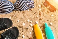 Lato bikini i akcesoria plaży elegancki set Plażowy bikini lata strój i morze piasek jako tło, Odgórny widok Fotografia Royalty Free