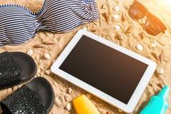 Lato bikini i akcesoria plaży elegancki set Plażowy bikini lata strój i morze piasek jako tło, Odgórny widok Obraz Royalty Free