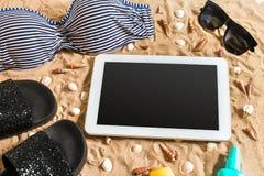 Lato bikini i akcesoria plaży elegancki set Plażowy bikini lata strój i morze piasek jako tło, Odgórny widok Zdjęcia Royalty Free