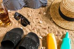 Lato bikini i akcesoria plaży elegancki set Plażowy bikini lata strój i morze piasek jako tło, Odgórny widok Obraz Stock