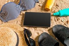 Lato bikini i akcesoria plaży elegancki set Plażowy bikini lata strój i morze piasek jako tło, Odgórny widok Obrazy Royalty Free