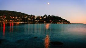 Lato blask księżyca przy wioską na oceanie fotografia stock