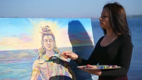 Lato blisko rzeki rysuje, stosuje farby kanwa z dodatkiem specjalnym małym, outdoors, piękny kobieta artysta, zdjęcie wideo