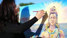 Lato blisko rzeki rysuje, stosuje farby kanwa z dodatkiem specjalnym małym, outdoors, piękny kobieta artysta, zbiory wideo