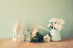 Lato bukiet kwiaty i rocznika lampion na drewnianym stole z nowym tłem rocznik filtrujący wizerunek fotografia stock