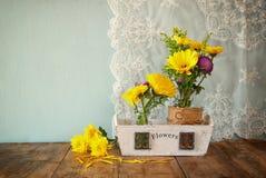 Lato bukiet kwiaty na drewnianym stole z nowym tłem rocznik filtrujący wizerunek Zdjęcia Royalty Free