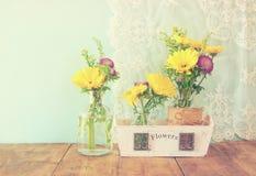 Lato bukiet kwiaty na drewnianym stole z nowym tłem rocznik filtrujący wizerunek Fotografia Royalty Free