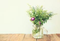Lato bukiet kwiaty na drewnianym stole z nowym tłem rocznik filtrujący wizerunek fotografia stock