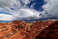 Lato burza dryfuje przez Wupatki Krajowego zabytek w północnym Arizona zdjęcie stock