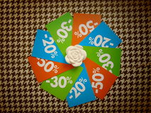 Lato ceny sprzedaży etykietki w okręgu wokoło białego kwiatu Fotografia Royalty Free