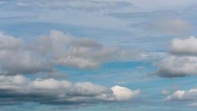 Lato chmury unosi się przez niebieskie niebo wietrzeć zmianę Czasu up?yw zbiory