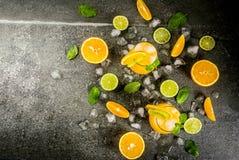 Lato cytrusa poncz z pomarańczami i wapnem Zdjęcia Royalty Free