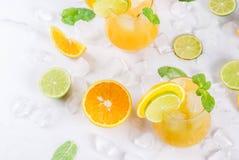 Lato cytrusa poncz z pomarańczami i wapnem Obrazy Royalty Free