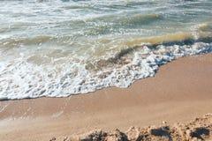 Lato czasu błękitny morze macha żółtego słońce i piasek Zdjęcie Royalty Free