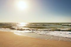Lato czasu błękitny morze macha żółtego słońce i piasek Zdjęcia Royalty Free