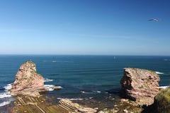 Lato czasu wakacje wydaje na atlantyckim brzegowym odprowadzeniu na nabrzeżnej ścieżce podziwia ogromnego skały deux jumeaux w oc Zdjęcia Royalty Free