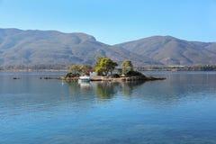 Lato czasu widok na Eros wyspie lub Daskalio blisko Poros, Grecja zdjęcie stock