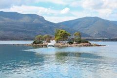 Lato czasu widok na Eros wyspie lub Daskalio blisko Poros, Grecja obraz stock