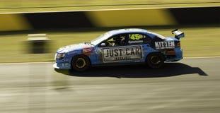 Lato del blu della pista di corsa di V8 dell'automobile Immagine Stock