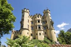 Lato del castello di Hohenschwangau sotto chiaro cielo blu Fotografia Stock
