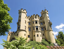 Lato del castello di Hohenschwangau sotto chiaro cielo blu Fotografia Stock Libera da Diritti