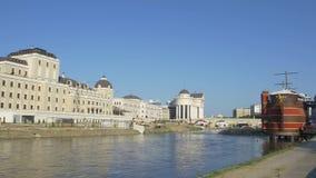 Lato del fiume di Skopje stock footage