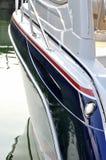 Lato dell'yacht in porto calmo Fotografie Stock