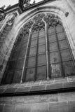 Lato della cattedrale gotica di Vysehrad a Praga che caratterizza le belle finestre e parete di pietra e colonne Fotografia Stock