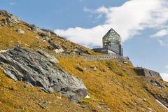 Lato della montagna con la torre di osservazione al Grossglockner in Austria Immagine Stock Libera da Diritti