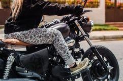 Lato della ragazza del motociclista Fotografia Stock