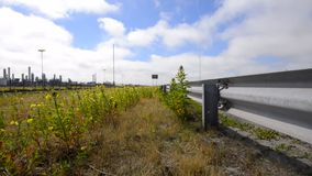 Lato della strada, barriera di sicurezza ed automobile di passaggio video d archivio