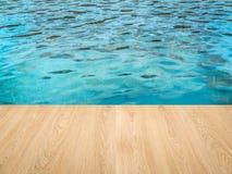 Lato dello stagno con il pavimento di legno Immagini Stock