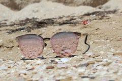 Lato, denny piasek, okulary przeciwsłoneczni, seashells obraz stock