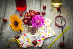 Lato deserowej owoc świezi agrestowi kolorowi napoje drewniani Zdjęcie Stock